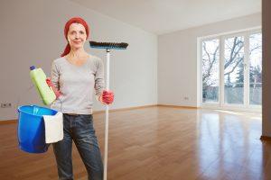 Frau macht Frühjahrsputz in Wohnung