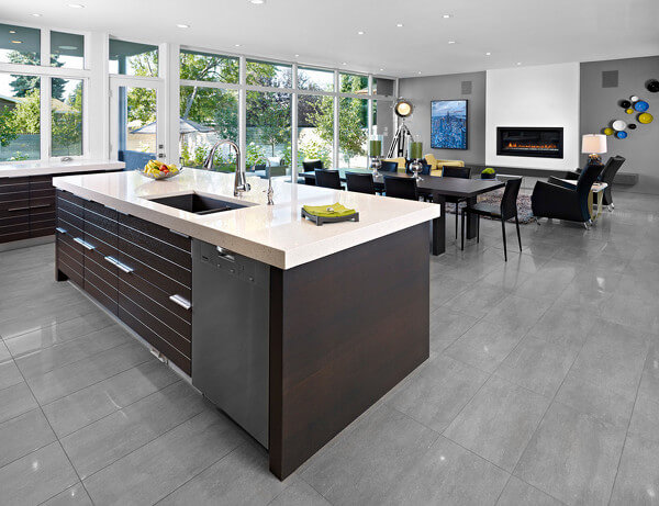 These very on-trend gray porcelain tiles are ideal for a contemporary open-plan space.